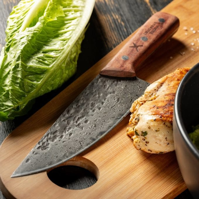 Damast Küchenmesser mit Salat und Huhn